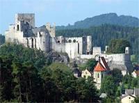 A jaké jméno nese tento mohutně opevněný hrad? (náhled)