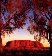 Strednú časť Austrálie pokrývajú rozľahlé púšte s jednotlivými pohoriami a samostatnými vrchmi, akým je napríklad slávny obrovský monolit Uluru, známy aj ako: (náhled)