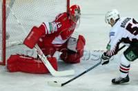 Na obrázku vidíme tým z KHL. Jaký? (tým v červených dresech) (náhled)