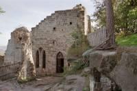 Uznávám, že z obrázku je opravdu těžké poznat, že se jedná (jednalo) o hrad. Napovím vám, že tento hrad byl pravděpodobně vystaven v letech 1260 až 1280 a to jednou z větví rodu Markvarticů. (náhled)
