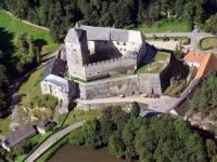 Na obrázku nyní vidíme gotický hrad, který byl postaven někdy před rokem 1349 a nese název? (náhled)