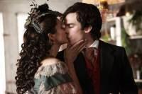 Dívka, jenž je na fotografii a líbá se s Damonem je... (náhled)