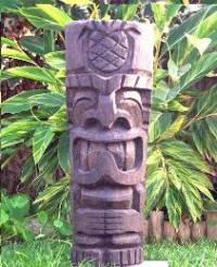 Jak se nazývají takovéto vytesávané sošky, blízké příbuzné Moai? (náhled)