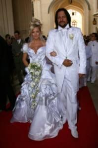 Nevěstu Ivetu Bartošovou a ženicha Jiřího Pomeje jste na fotografii č.1 jistě poznali. Na kterém zámku se konala jejich pohádková svatba? (náhled)