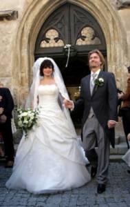 Nevěstu z fotografie č.3 herečku Jitku Čvančarovou jste jistě poznali. Jak se jmenuje ženich z fotografie č.3 a jak se jmenuje jejich dcera? (náhled)