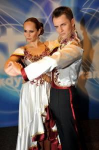 Jaký tanec zatančil soutěžní taneční pár na fotografii č.3 v tomto oblečení? (náhled)