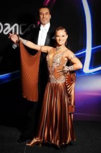 Jaký tanec zatančil soutěžní pár na fotografii č.5 v tomto oblečení? (náhled)