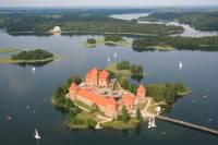 Jak se jmenuje ostrovní hrad, který je nedaleko hlavního města? (náhled)