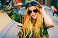 Na obrázku je snímek Avril Lavigne z videoklipu k písni...  (náhled)