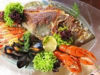Mezi speciality chorvatského jídla lze rozhodně zařadit tradiční chorvatské pokrmy. Jedná se tak třeba o chorvatské národní jídlo, kterým je sušená šunka s ovčím sýrem a olivami. Pro místní kuchyni je rovněž typické jehněčí nebo telecí maso pečené pod tzv. pekou, což je speciální železný poklop, který nechybí téměř v žádné větší chorvatské kuchyni.  Mezi speciality potom patří nejrůznější mořské plody v podobě například krevet, ústřic nebo různých ryb. Dále se jedná o lanýže, kozí sýr, těstoviny fuži. Zajímavou volbou je také ombolo, jedná se o plátek vepřového masa od kosti, který je jemně uzený a poté se opeče na žhavém uhlí. Známá je také >maneštra <-Uhodli by jste, co to je? (náhled)