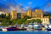 Jaká historická hradní stavba je na fotografii č.7? (náhled)