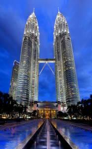 Administrativní budova TWIN TOWERS (Dvojčata) na fotografii č.10 se se svoji výškou 452 m řadí k nejvyšším stavbám světa. Díky vyhlídkovému mostu, který ve výšce 170 m spojuje obě věže, je i turistickou atrakcí. Mrakodrapy jsou sídlem: (náhled)