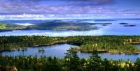 """Na fotografii č.15 je oblast HÖGA KUSTEN, což znamená """"Vysoké pobřeží"""". V r.2000 byla oblast na fotografii č.15 zapsána na seznam UNESCO, neboť je unikátní v tom, že se zde již od doby ledové pomalu zvedá pevnina, což má velký vliv na celou krajinu. Kde se oblast Höga Kusten nachází? (náhled)"""