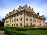 Jako kulturní památka bylo na seznam UNESCO zapsáno i několik zámků v ČR. Který zámek zapsaný na seznamu UNESCO v r.1999 je na fotografii č.8? (náhled)