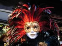 Benátky začali pořádat obří karnevali, ve kterých lidé symbolicky ohovářeli vládu a nikdo jim nemohl nic provést. Víš kolik stojí v součastnosti taková prúmnerná maska? (náhled)