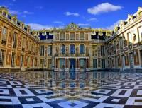 Na obrázku č.9 je nádvoří významného evropského zámku zapsaného na seznam UNESCO v r.1979. Jak se zámek jmenuje? (náhled)