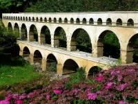 Jak se jmenuje most na fotografii č.6, který byl jako akvadukt postaven již za dob Starověkého Říma? Je součástí největšího akvaduktu na světě a v r.1985 byl pro svoji mimořádnou historickou hodnotu zařazen na seznam UNESCO. (náhled)