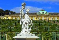 Jak se jmenuje zámek na obrázku č.11, který byl i se svými unikátními zahradami zapsán na seznam UNESCO v r.1990? (náhled)