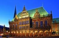 Budova radnice z 15. století a socha rytíře Rolanda z r.1404 na obrázku č.14 (v levém dolním rohu) přestály bombardování za 2. světové války a v r.2004 byly jako celek zapsány na seznam UNESCO. Ve kterém městě si mohou turisté prohlédnout památky na obrázku č.14? (náhled)