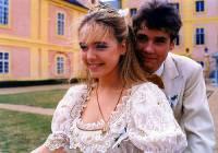 """Jsou na fotografii č.15 víla Arnoštka, která je ve skutečnosti princeznou a princ Adam z filmové pohádky """"O víle Arnoštce""""? (náhled)"""