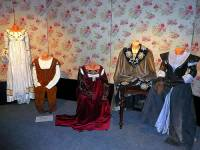 """Jsou na fotografii č.20 kostýmy z pohádky """"O perlové panně""""? (náhled)"""