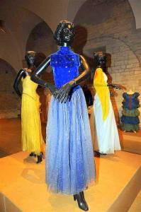 """Jsou na fotografii č.4 šaty z pohádky """"Tři princezny tanečnice""""? (náhled)"""