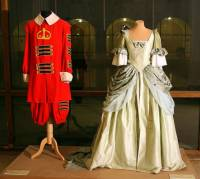 """Jsou na obrázku č.5 cestovní šaty císařovny a uniforma královského tambora z pohádky """"Císař a tambor""""? (náhled)"""