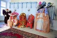 """Jsou na fotografii č.7 kostýmy z filmové pohádky """"Ať přiletí čáp, královno!""""? (náhled)"""