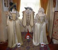 """Jsou na fotografii č.8 kostýmy z pohádky """"O princezně, měsíci a hvězdě""""? (náhled)"""