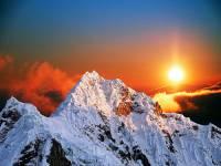 Kterou horu ozařuje západ slunce na fotografii č.14? (náhled)