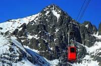 Lanovka na obrázku č.2 směřuje na vrchol hory: (náhled)