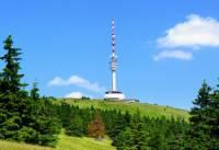 Na vrcholu které hory se tyčí televizní vysílač s rozhlednou na obrázku č.4? (náhled)