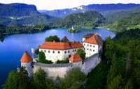 Jaké jezero se rozkládá pod hradem na fotografii č.7? (náhled)