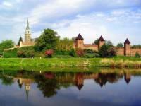 Řeka protékající městem na obrázku č.3 se jmenuje:  (náhled)