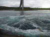 Jak se nazývá jev na obrázku, při kterém se masa vody při přílivu a odlivu žene do zálivu nebo z něj? (náhled)