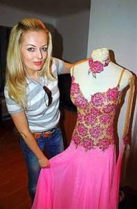 K taneční soutěži SD neodmyslitelně patří i krásné taneční kostýmy. Na obrázku č.12 představuje návrhářka Hana Kopecká jeden z nich. Která tanečnice tančila v těchto šatech? (náhled)