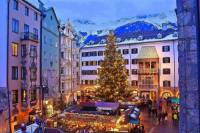 Jak se jmenuje město, ve kterém se pořádají vánoční trhy na fotografii č.8? (náhled)
