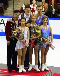 Kteří medailisté stojí na stupních vítězů na fotografii č.15? (náhled)
