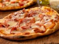 Jak se jmenuje pizza na obrázku, na kterou patří rajčata, šunka a sýr? (náhled)