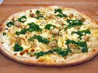Pizzu na obrázku (včetně jejího jména) tvoří ta barva, která tě na první pohled na zobrazené pizze zaujme, tudíž to nemůže být jiná než: (náhled)