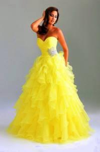 Jaký odstín žluté barvy mají šaty na obrázku č.2?  (náhled)