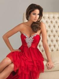 Odstín červených šatů, které má oblečené modelka na fotografii č.5 má název: (náhled)