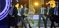 Která zpěvačka zpívá a tančí na obrázku č.13? (náhled)