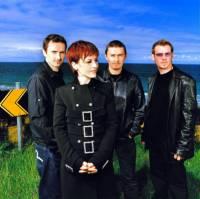 Z obrázku č.21 se dívají členové hudební skupiny: (náhled)