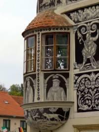 Renesanční architektonický prvek, který je na budově na obrázku č.3 se nazývá: (náhled)