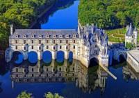 V období renesance se králové i bohatá šlechta začala stěhovat z opevněných, ne příliš pohodlných hradů do zámků, ve kterých byl kladen důraz na drahé vybavení, výzdobu interiérů a pohodlné bydlení. Zámky byly umístěny většinou v přírodě. V bezprostřední blízkosti zámků byla velká zahrada s geometricky upravenými květinovými záhony a zámecký park. Který pro renesanci typický zámek je na fotografii č.7? (náhled)