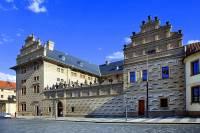 Ve městech si bohaté šlechtické rody nechaly stavět honosné renesanční paláce. Jeden z nich je na obrázku č.9. Jak se jmenuje? (náhled)