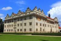 Stejně jako gotická, tak i renesanční architektura se začala prosazovat na našem území o něco později než v jiných evropských zemích. Nejen gotická, ale i renesanční architektura zde dosáhla velkého a dlouhodobého rozkvětu. V renesančním slohu bylo u nás vystavěno mnoho zámků. Jeden z nich, který je na fotografii č.10 a je považován za jeden z nejkrásnějších renesančních zámků Evropy se jmenuje: (náhled)