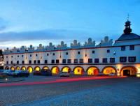 Renesanční domy na náměstí na fotografii č.17 stojí ve městě: (náhled)