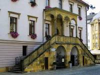 Jaký renesanční architektonický prvek je na budově na obrázku č.2? (náhled)
